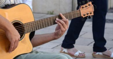 Lær at spille regnvejrsdag i november af pia raug akkorder teksten