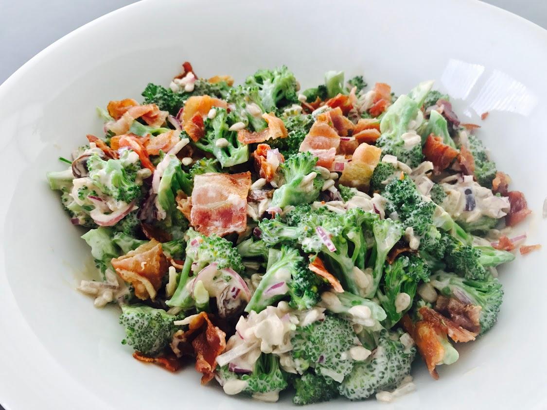 Broccolisalat med bacon - den perfekte salat (opskrift)