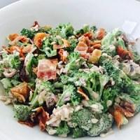 broccolisalat med bacon rosiner pinjekerner solsikkekerner