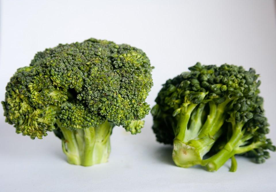Opskrift på Broccolisalat med bacon pinjekerner solsikkekerne broccoli salat rosiner