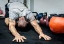 Sådan fjerner du svedlugt fra træningstøj og sko…