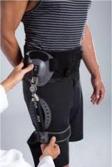 استخدام دعامة بعد إجراء جراحة إعادة استبدال مفصل الفخذ الصناعي