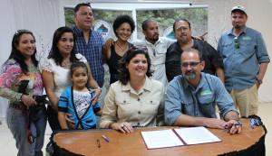 Firma de acuerdo entre la organización Protectores de Cuencas y el DRNA.