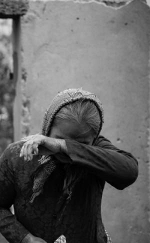 Mệ Bướm khóc ròng khi nhận quà cứu trợ trong căn nhà đổ nát của mình Mrs. Buom cries after receiving donation on her destroyed house