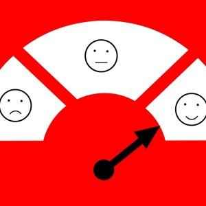 na czerwonym tle buźki jako barometr satysfakcji klienta