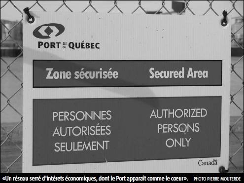 Photo d'un panneau officiel sur le Port de Québec : Zone sécurisée - Personnes autorisées seulement. - Sous-titre: Un réseau serré d'intérêts économiques, dont le Port apparaît comme le coeur. Photo de Pierre Mouterde.
