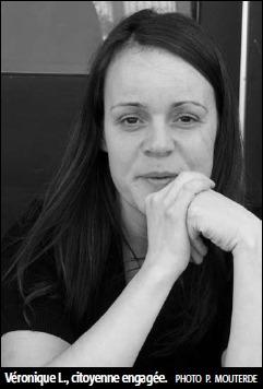 Photo de madame Lalande : env. 30 ans, jeune femme, cheveux longs, elle tient ses mains près de son menton, ses coudes sur une table. Elle semble un peu fatiguée. Sous-titre: Véronique L., citoyenne engagée. Photo de Pierre Mouterde.