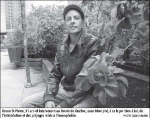 Photo du jeune homme sur un banc de parc fleuri. Casquette à l'ancienne; blouson de cuir brun. Il regarde la caméra.