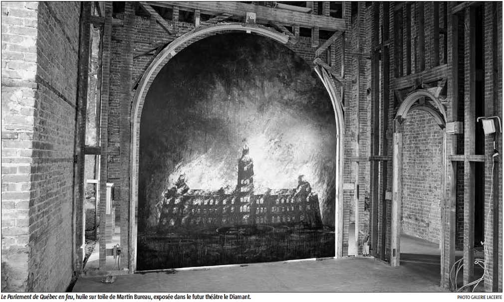 Dans une salle de briques rouges [vieux bâtiments], une grande toile en forme d'arche: le Parlement du Québec en feu.]