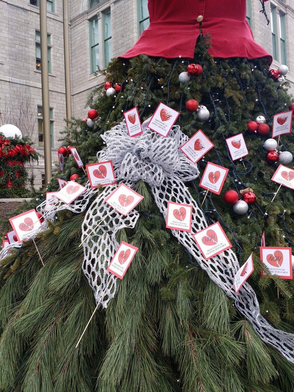 l'arbre de Noël de l'hôtel de ville redécoré par des militantes pour la maison de la culture de Saint-Sauveur - par Valérie Gaudreau