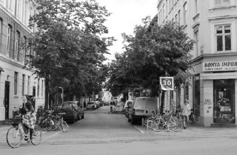 À Copenhague, la signalisation, le verdissement et les supports à vélos constituent une bonne façon de marquer l'entrée dans un quartier résidentiel. Nous en aurions grand besoin à Québec ! photo extraite du plan de mobilité