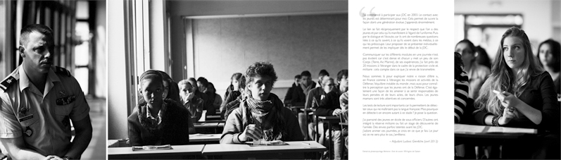Illettrisme, droit de savoirs © Virginie de Galzain _ (Jeunes pendant les tests de lecture d'une Journée défense et citoyenneté. L'Adj L.Grenêche, animateur volontaire)