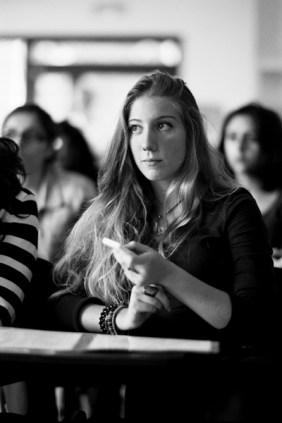 Jeunes pendant les tests de lecture d'une JDC. © Virginie de Galzain