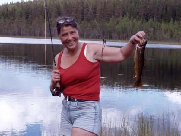 Britt med öring. Foto Ammeråns Fiskecamp