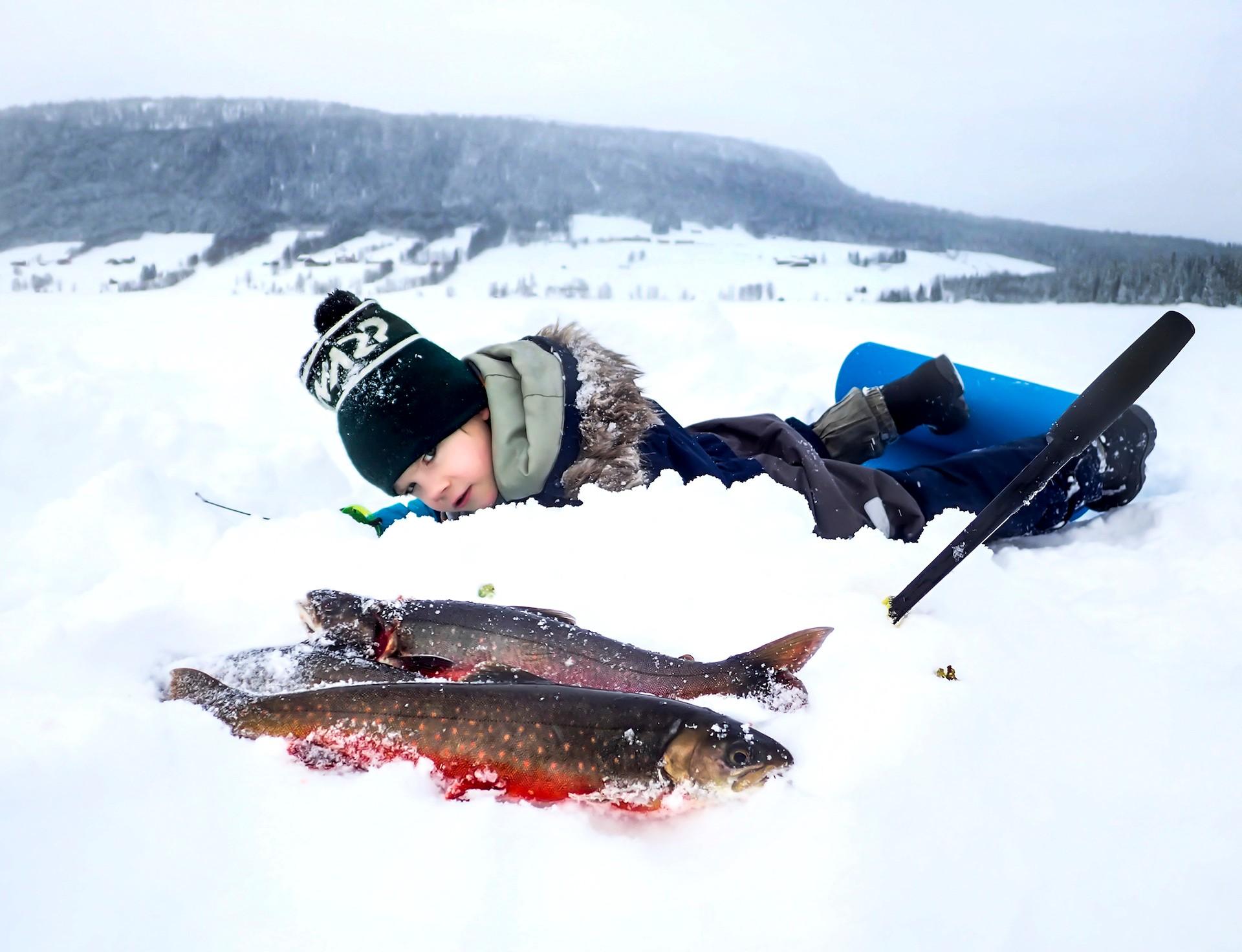 Hugo Persson fiskar röding i Jormvattnet. Foto Anders Lundin