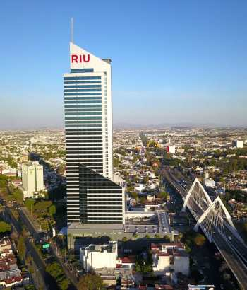 Una vista del hotel Riu y el puente Matute Remus en Guadalajara