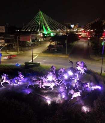 Foto nocturna de la glorieta de los caballos en Guadalajara