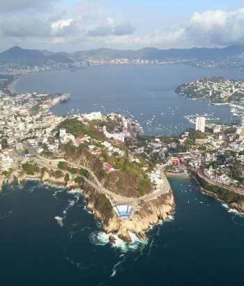 Toma area de Acapulco volando desde sinfonía del mar