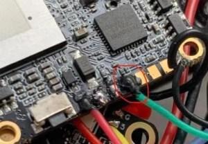 フライトコントローラーの黒ゴム接着剤使用
