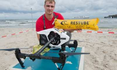 Copterpilot Thomas Wodrig from the DRK Water Rescue presents a so-called rescue-copter on 22.08.2017 on the beach of Bansin (Mecklenburg-Vorpommern) on the island of Usedom. On the beaches of Mecklenburg-Vorpommern this is the first test of drones. At about 65 kilometers per hour, the drone flies over the Baltic Sea to the casualty and flops a buoyancy aid next to the victim into the water. The package inflates to a yellow tube. Photo: Stefan Sauer