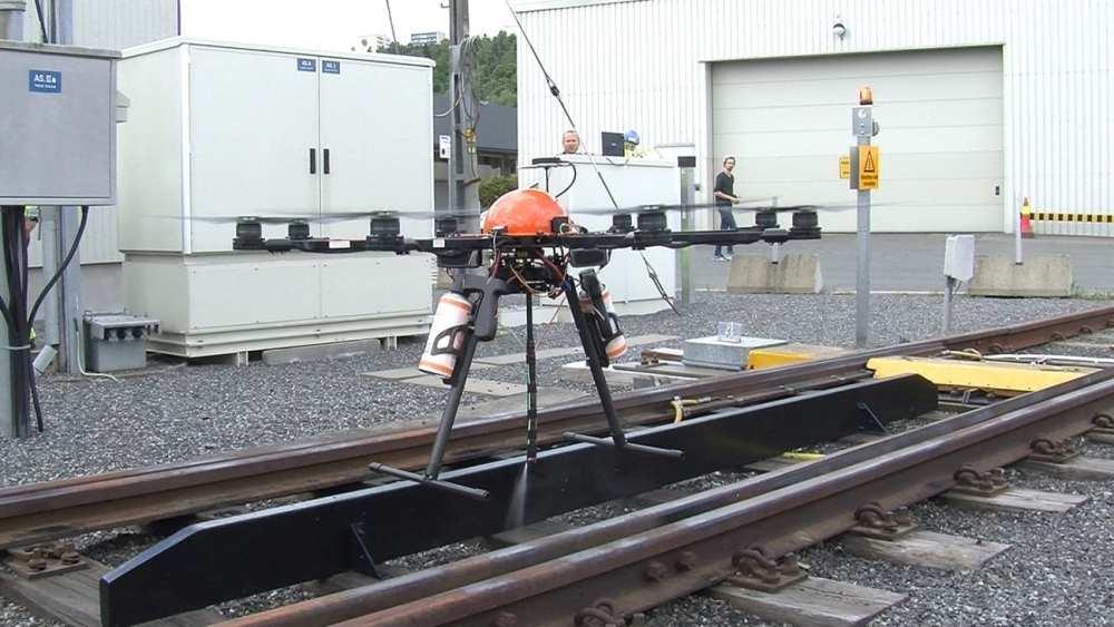 90/5000 An autonomous drone lubricates the track exchange | Harry Korslund