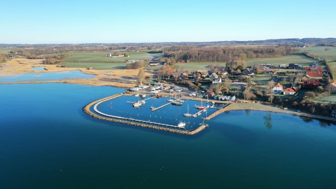 Dronefoto ved Ballen havn