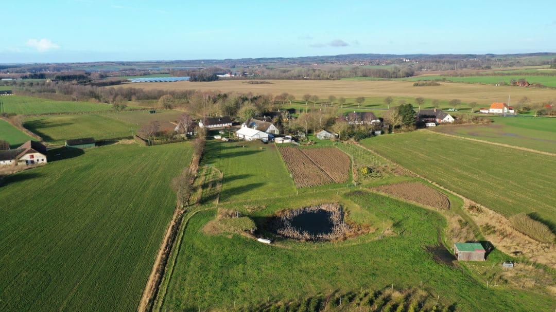Dronefoto af landejendom