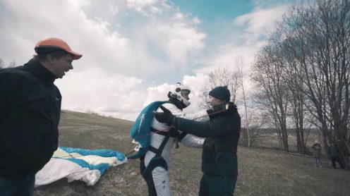 Seriously? That was the first thing that came to my mind when I saw this video of a guy being lifted in the air by a drone to go skydiving. I mean, whatis wrong with just using an airplane, which would be able to get you much higher and thus giving you more airtime?