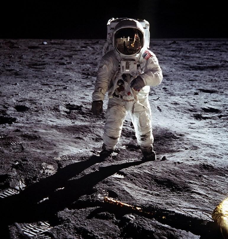 Buzz Aldrin fotografiert Neil Armstrong mit einer Hasselblad 500 EL