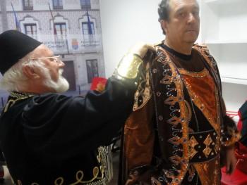 "Paco ""El Chollat"" vistiendo al Rei D. Jaume I"