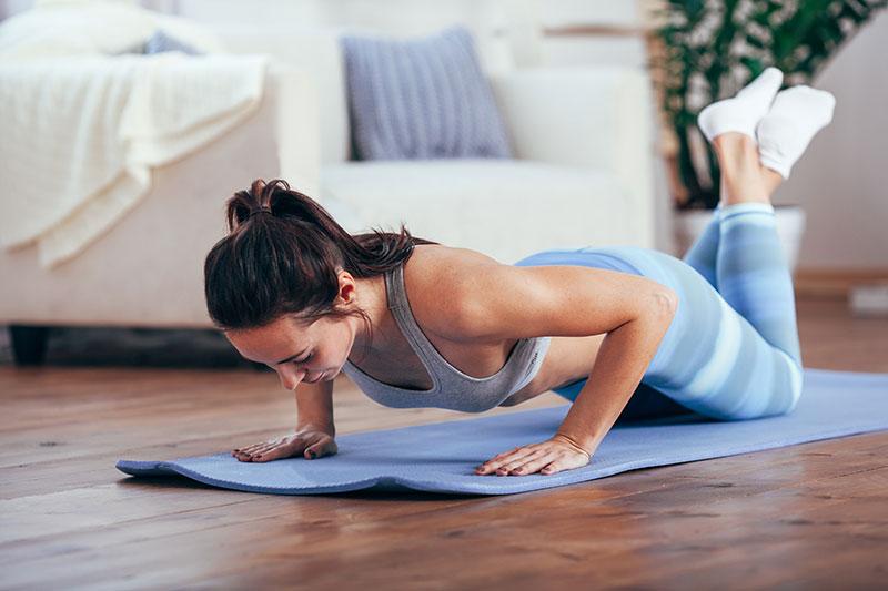 Pour rester en forme l'été on peut réaliser quelques exercices simples à la maison mais il ne faut pas oublier qu'un break est également une bonne idée pour le bien-être.