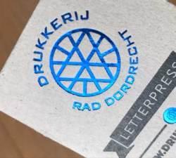 Visitekaartje blauwe foliedruk op grijskarton