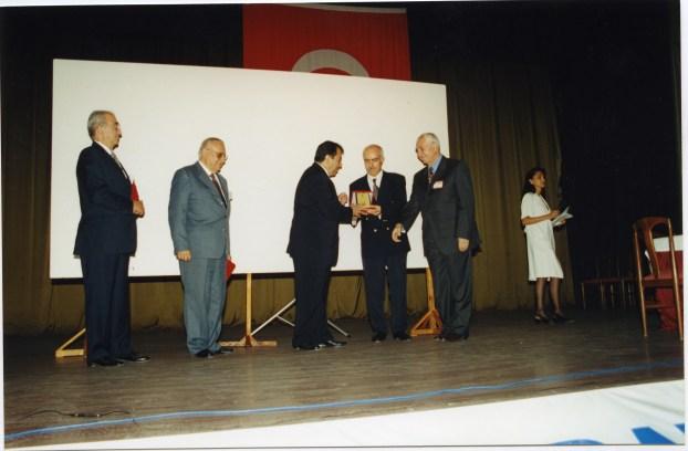 Prof. Dr. Nafi Oruç'a plaket takdimi