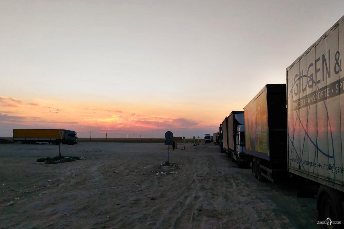 Очередь на границе. В Узбекистан на авто. КПП Тажен - Каракалпакия