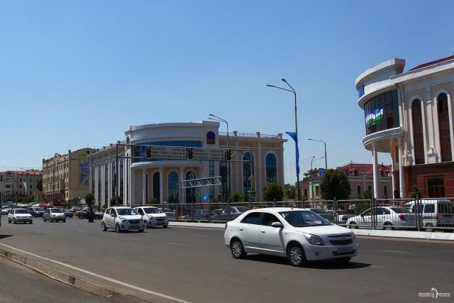 Самарканд. Узбекистан. Белые Шевроле и Дэу