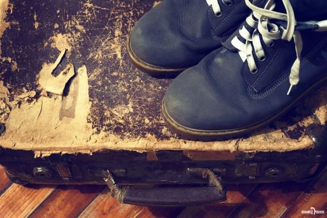 Бродяга. Хобо. Ботинки и старый чемодан