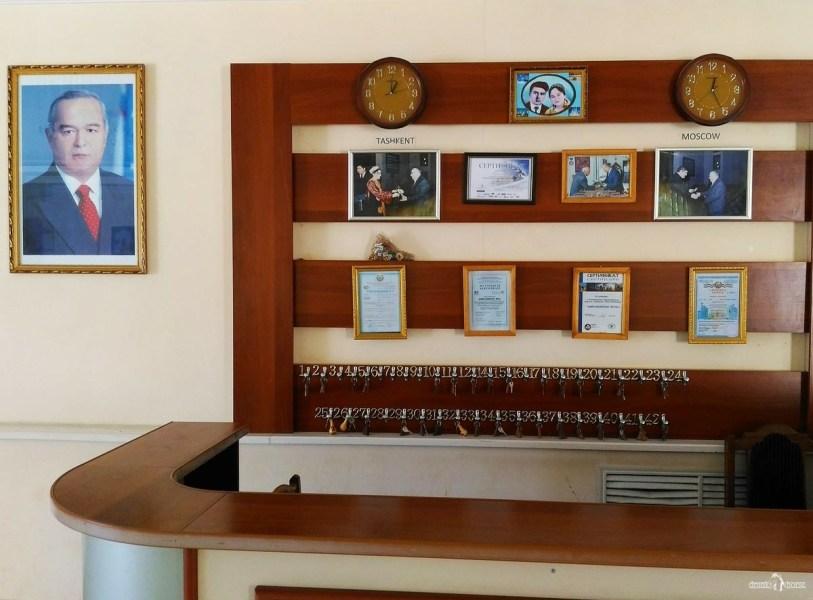 Как бронировать жильё в автопутешествии по Узбекистану. Стойка регистрации в отеле в городе Хива