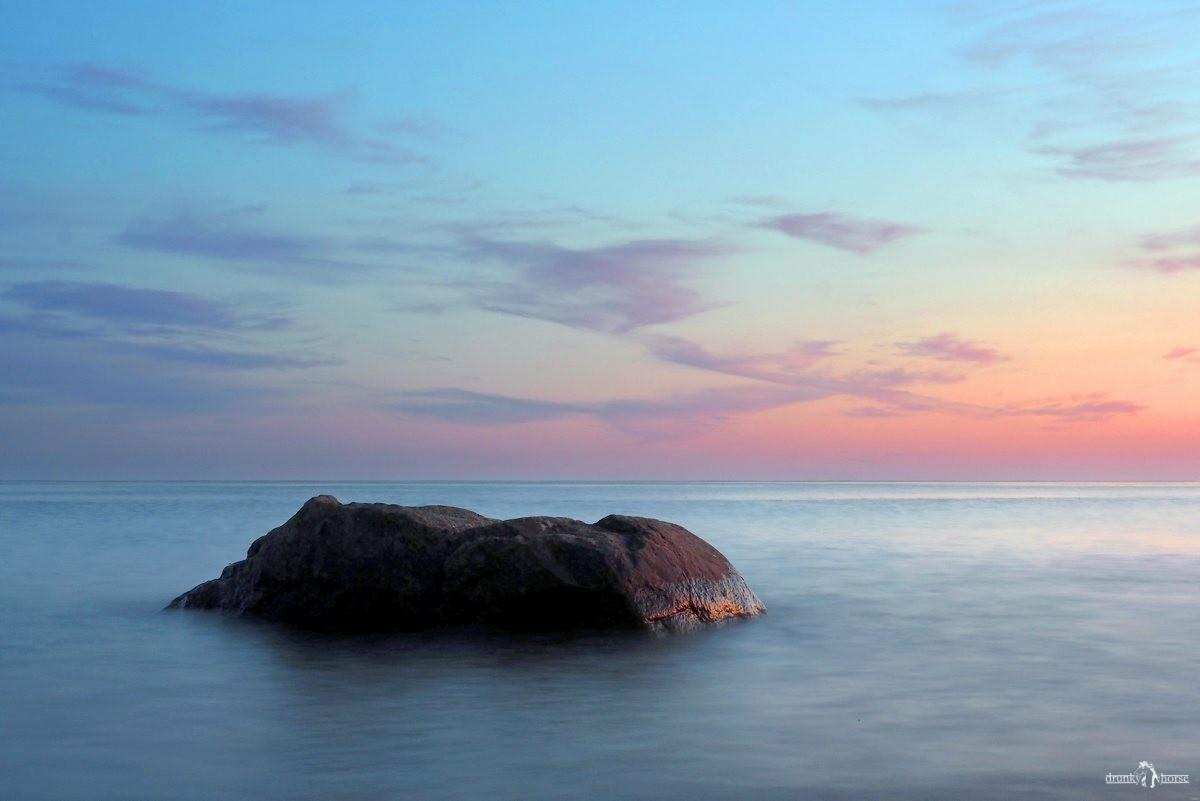 Ладожский камень на фоне закатного неба