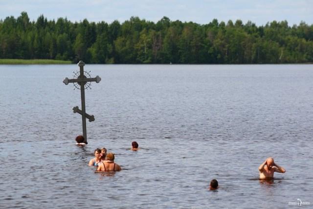 Прихожане совершают омовение в водах Дымского озера