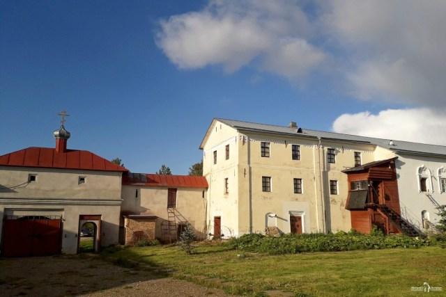 Келейный корпус Северной стены (справа, вид изнутри обители)