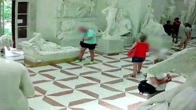 Photo of VIDEO: Un turista rompió una escultura de 200 años por posar para una foto en un museo italiano