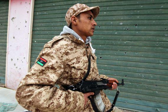 Un milicien fidèle au général Khalifa Haftar, combattant aux côtés des troupes gouvernementales libyennes.