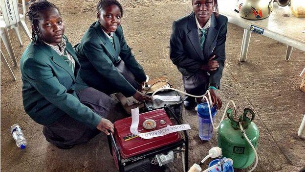Quatre adolescentes créent un générateur d'électricité alimenté à l'urine