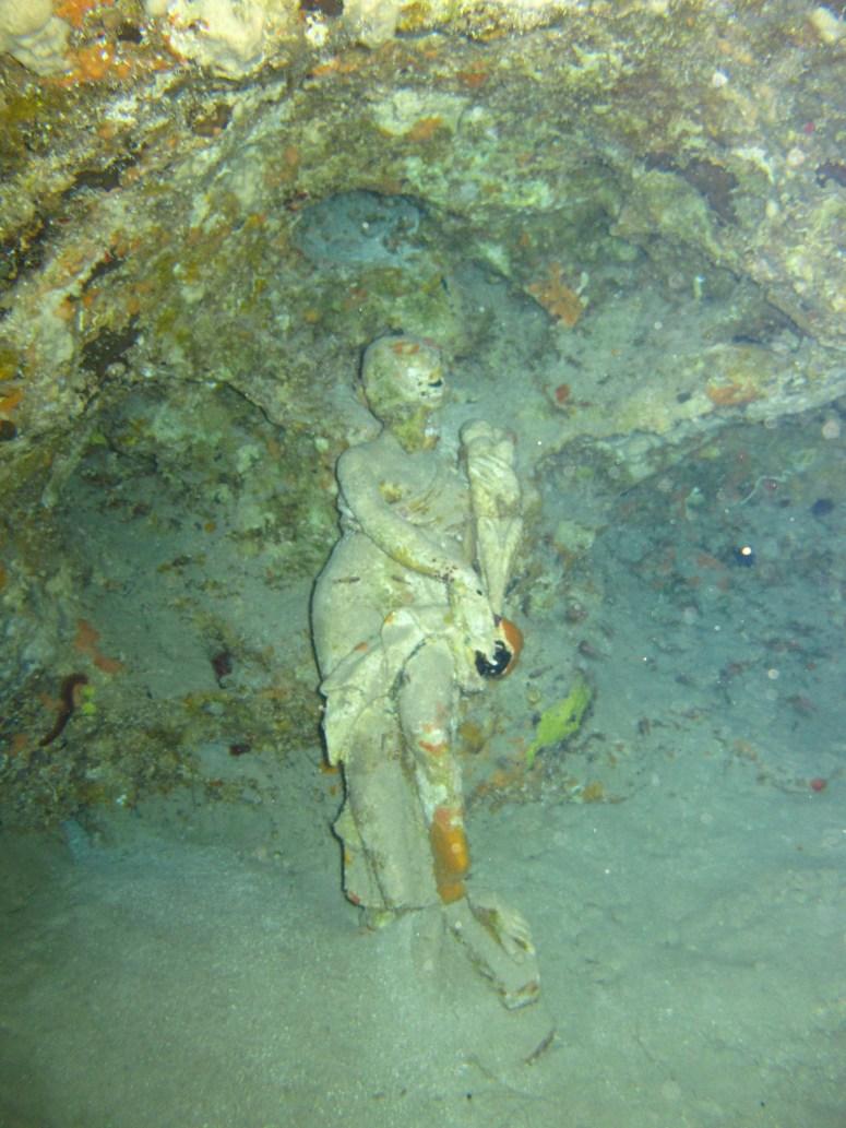 statut dans une grotte de la baie du Diamant- DSC club de plongée