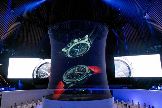 ภาพโฮโลกราฟิกเกียร์ เอส 3 ฉาย บนเวที