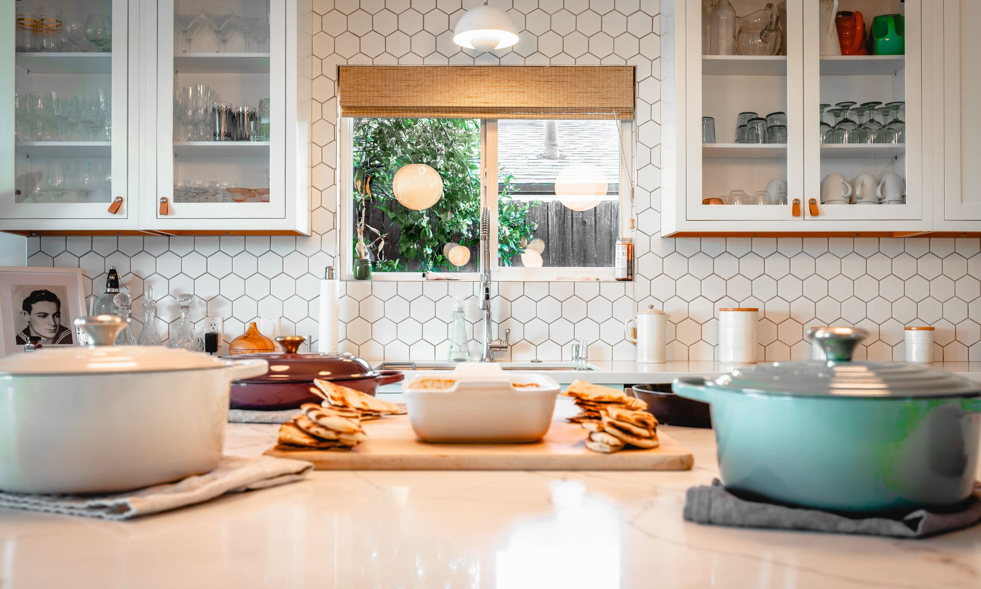 Pleasant eating environment in a white kitchen
