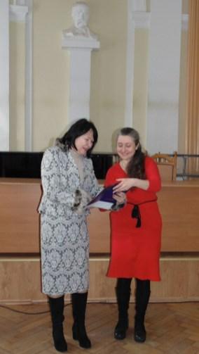 Ректор професор Надія Скотна вручає диплом студентці спеціальності «Початкова освіта» Оксані Баран