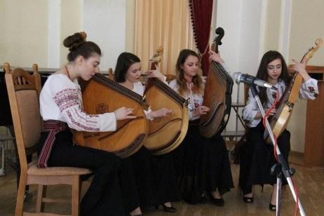 Музичні твори виконує ансамбль бандуристок