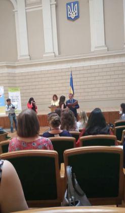 Заступник ЛОДА Р.С. Филипiв вручає Почесну грамоту С. Озарко