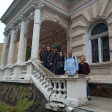 Учасники проєкту біля історичної вілли Яроша (нині біологічний факультет Дрогобицького університету та садиба студентського театру Альтер)